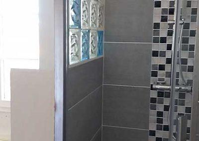 Salle de bain en camaïeu de gris